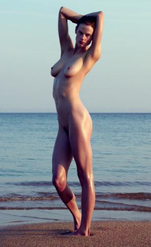 Adolescentes desnudos en botines cortos